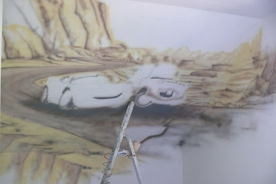 Malowanie ściany w pokoju chłopca na poddaszu w Krakowie,