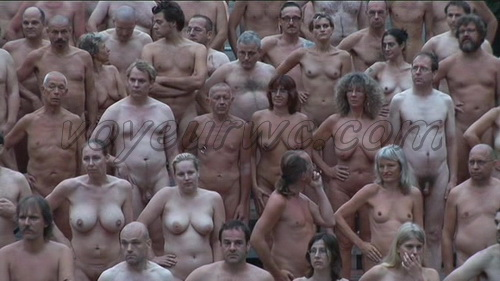 840 naked people (Dusseldorf, Germany). Tunick created a three-dimensional installation with nudes for the first time