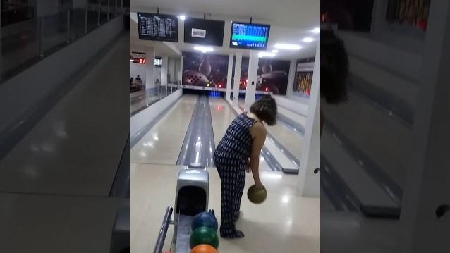 Bukannya Strike, Wanita Ini Malah Hancurkan TV Ketika Bowling