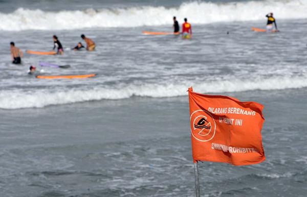 Bendera larangan berenang pada beberapa spot Pantai Kuta