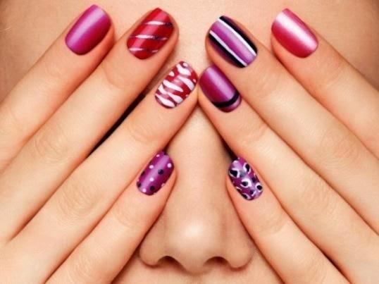 Modernos diseños de uñas con corazones, puntos, lineas y piedras