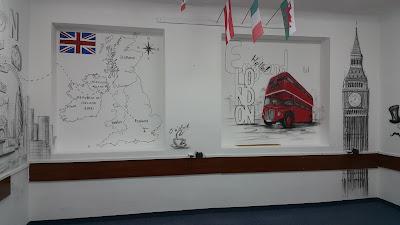 Mural w szkole, tematyczny mural w klasie językowej, jak urządzić sale językową? Aranżacja klasy językowej poprzez malowanie, graffiti w sali językowej. Malowane murali 3D