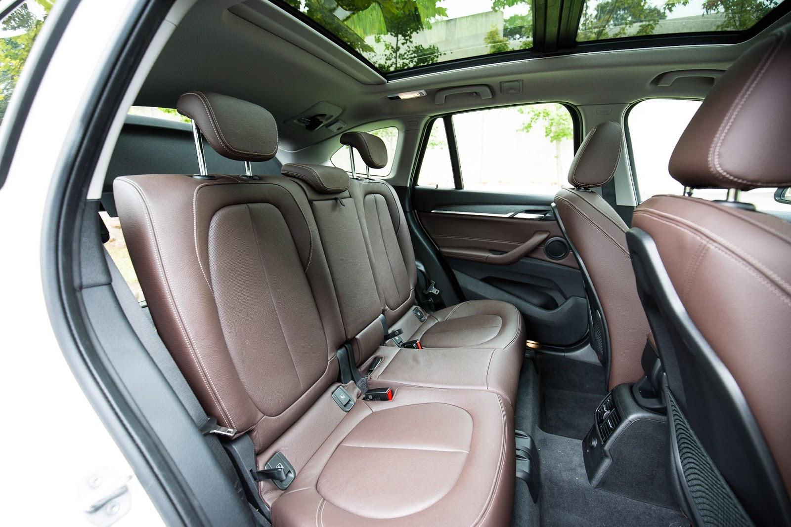 Hàng ghế thứ hai cực rộng và rất phong cách, có cửa sổ trời
