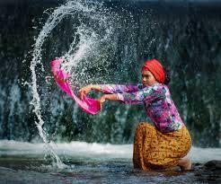ibu mencuci di sungai