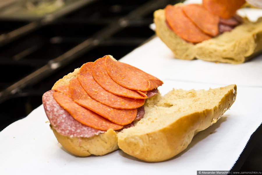 Приготовление сэндвича. На салями укладывают пепперони