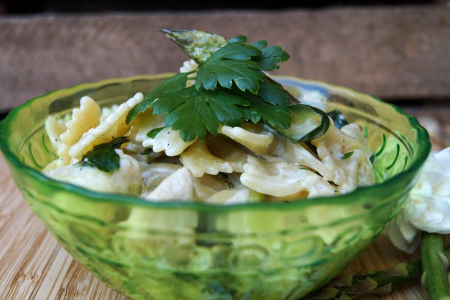 Obiad w 15 minut. Makaron z cukinią, szparagami, kurczakiem i bardzo prostym sosem.
