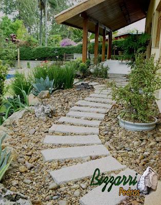Caminhos com pedra folheta no jardim com pedregulho do rio.