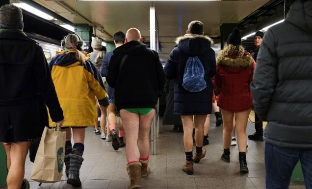 GAMBAR AKSI PENDUDUK NEW YORK NAIK TRAIN TANPA SELUAR SEMPENA NO PANTS SUBWAY RIDE