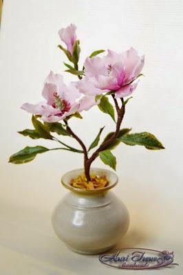 розовая магнолия из полимерной глины.