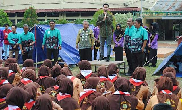 Akhir pekan kemarin terasa berbeda bagi siswa SMA Negeri 2 Banjarbaru. Putra Presiden Jokowi, Gibran Rakabuming Raka hadir di tengah-tengah siswa, Sabtu (20/10/2018).