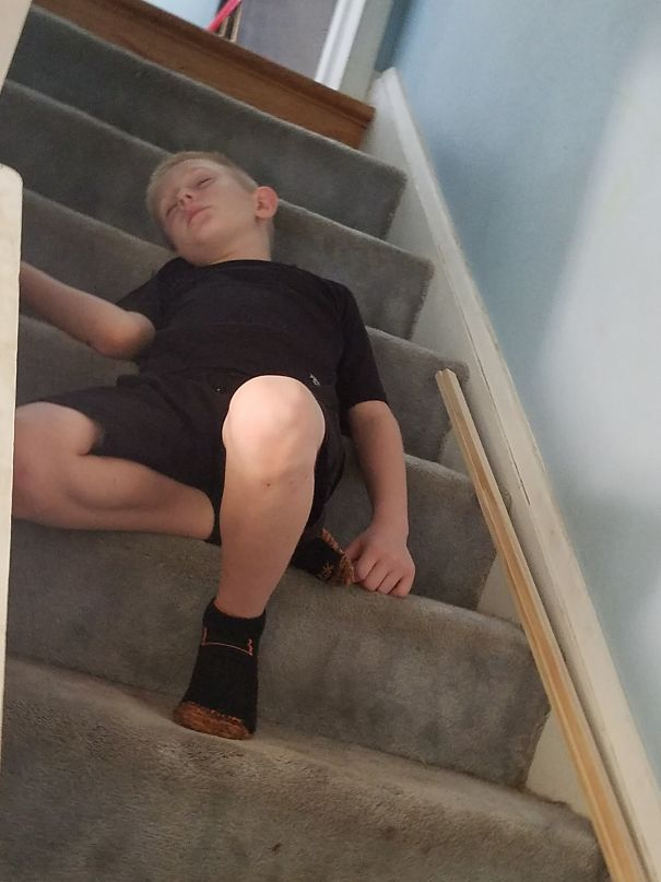 15+ Hilarious Pics That Prove Kids Can Sleep Anywhere - Balancing On The Stair