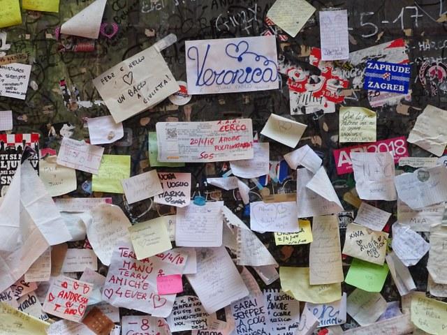 Muro amor Verona mensajes corazones julieta