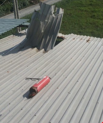 Bình chữa cháy bất ngờ phát nổ bay thủng trần nhà