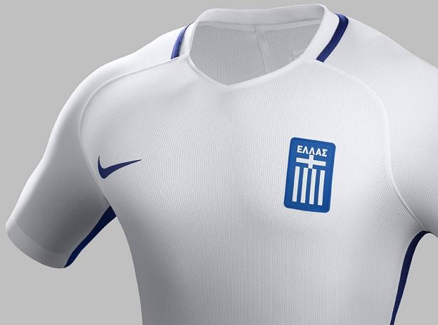 40b90f669bc32 Nike apresenta as novas camisas da Grécia. A Nike lançou os novos uniformes  que a seleção de futebol da Grécia usará durante a temporada 2016 17.