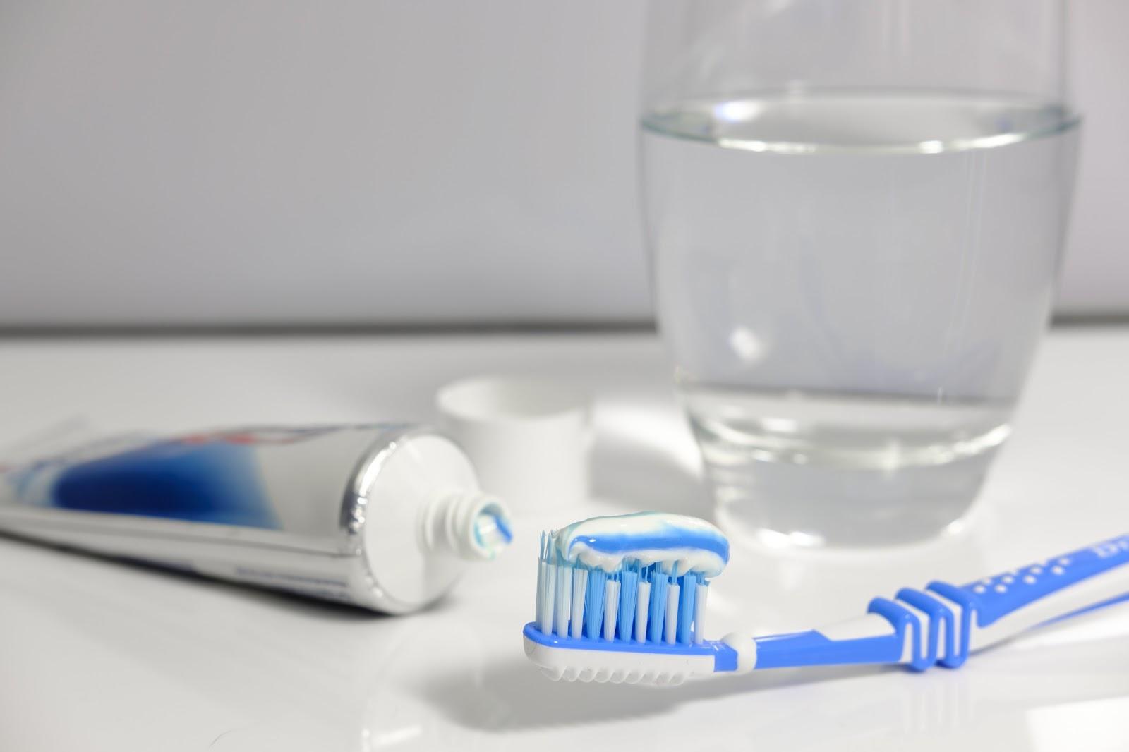 歯磨き粉と歯ブラシとコップの水