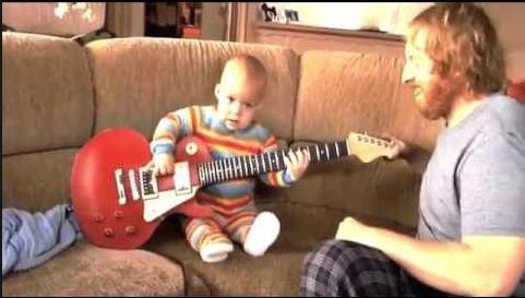 Keren, Balita Ini Sangat Mahir Memainkan Gitarnya Listrik Milik Orang Tuanya.