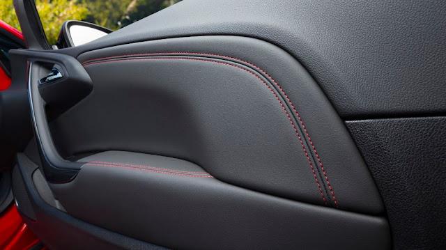 Opel Cascada Supreme - La delicada costura de línea roja