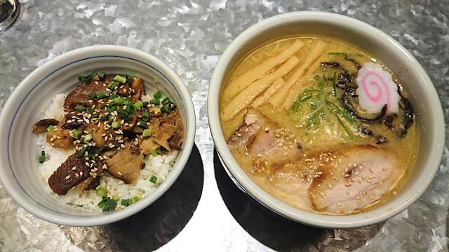 みそチャーシュー麺とチャーシューご飯の写真