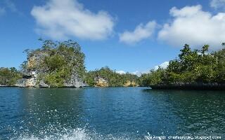 Keliling Pulau-pulau Karst di Teluk Kabui