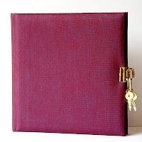 Anahtarları üzerinde olan kilitli hatıra defteri