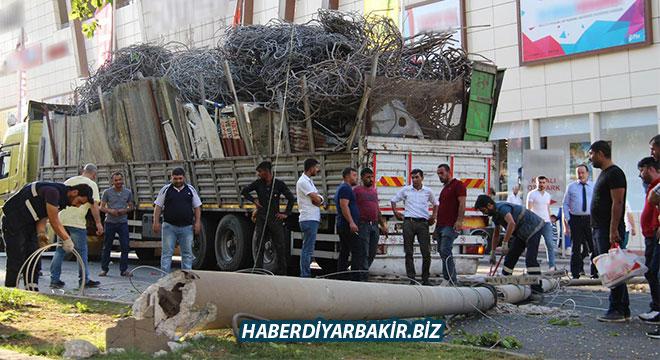 Diyarbakır'da hurda yüklü kamyonun kasası elektrik tellerine takıldı