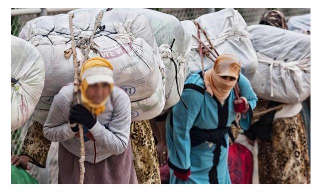 مسنة مغربية تحكي معاناتها مع التهريب المعيشي والاثقال