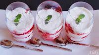 Επιδόρπιο σε ποτήρι με φράουλες, μαρέγκες και κρέμα μασκαρπόνε - by https://syntages-faghtwn.blogspot.gr