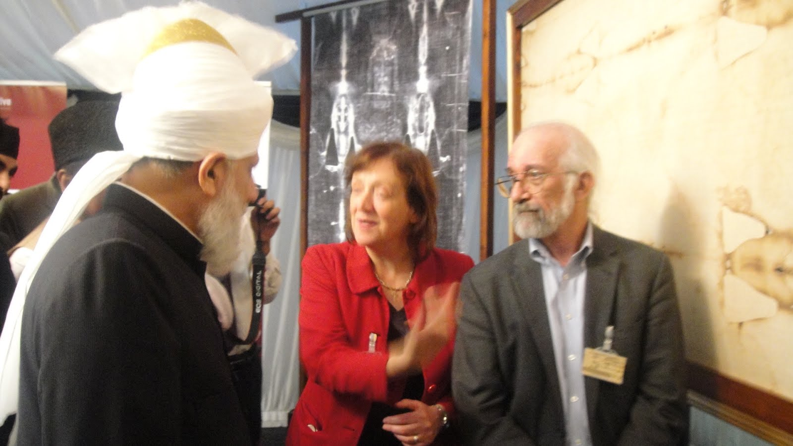 Barrie Schwortz meets Muslim Leader Hadhrat Mirza Masroor Ahmad and talks about Jesus on the Shroud
