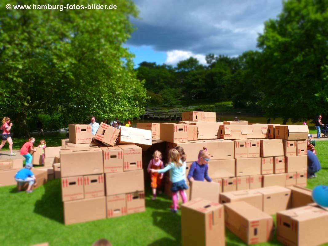 Kartonhaus, Kinder bauen Haus mit Kartons