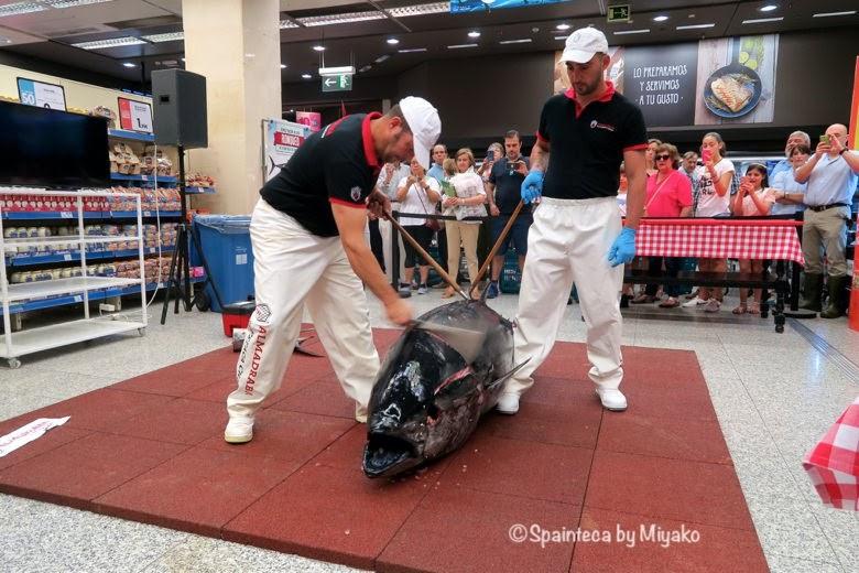 Ronqueo Almadraba スペイン天然マグロの解体ショーをするスタッフと大きなマグロ