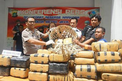 Samarkan Ganja 252,5 Kg Dalam Pickup,Pria ini di Bekuk Polisi 2 Orang DPO