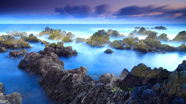 Mooie HD wallpaper met rotsen in zee, met mist.