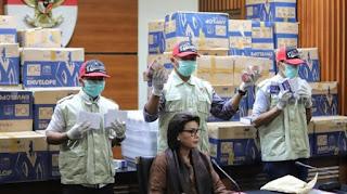 Wakil Ketua KPK Basaria Pandjaitan bersama Penyidik memperlihatkan barang bukti saat konferensi pers di Gedung Merah Putih KPK, Jakarta, Kamis (28/3).