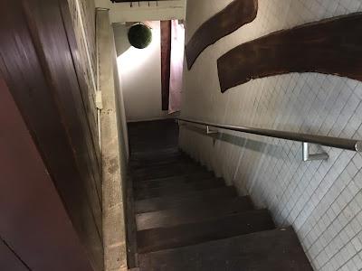 三軒茶屋にある海もぐらの地下に降りる階段