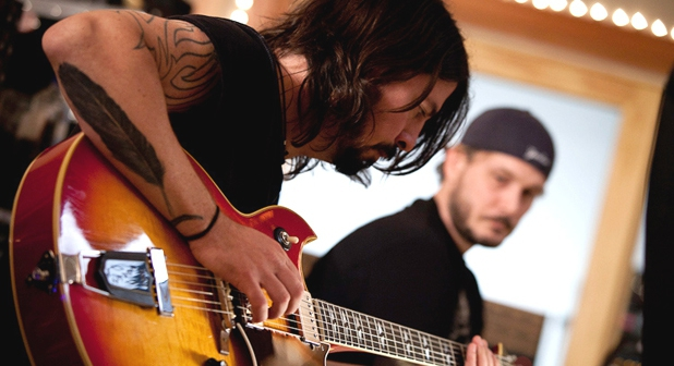 Dave Grohl ex baterista de Nirvana y Vocalista y lider de Foo Figthters, da un gran discurso para Keynote en el festival South By Southwest (SXSW) 2013, en el cual nos lleva por la historia dentro de una de las bandas más exitosas del rock mundial y como desde su perspectiva la música juega un gran papel en la sociedad.