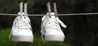 10 Cara Ampuh Mengeringkan Sepatu yang Basah dengan Cepat