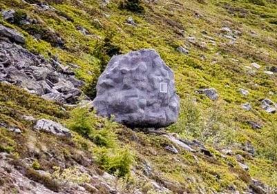 Αυτός ο τεράστιος βράχος στις Ελβετικές Άλπεις είναι στην πραγματικότητα κάτι εντελώς διαφορετικό! [photos]