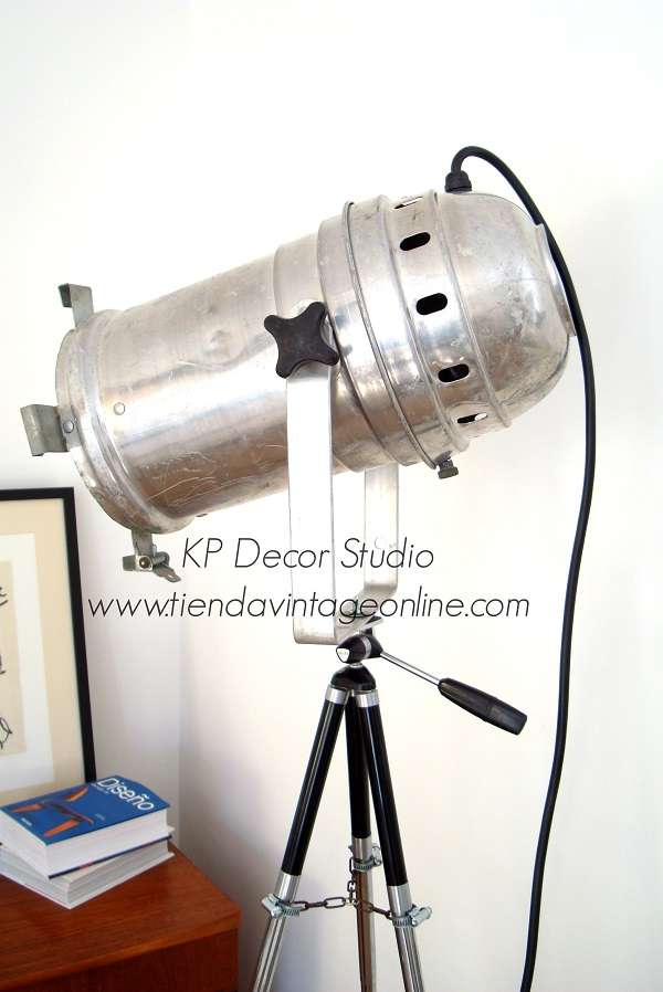 Lámpara de pie vintage adaptada y focos de cine y teatro antiguos