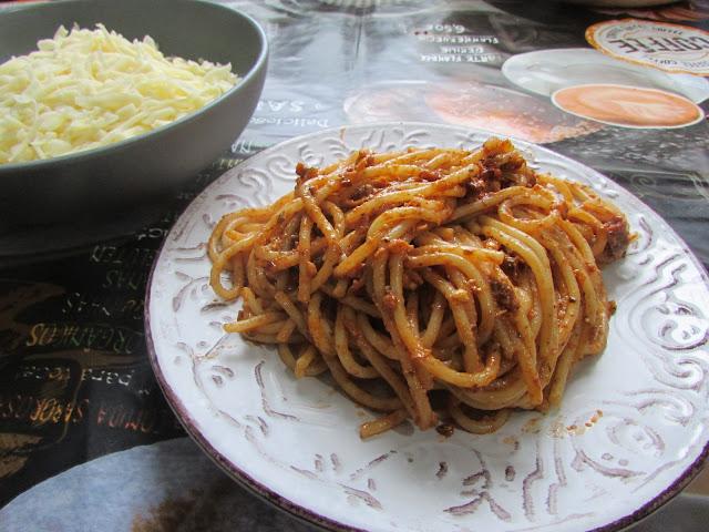 makaron z sosem z suszonych pomidorów i fety