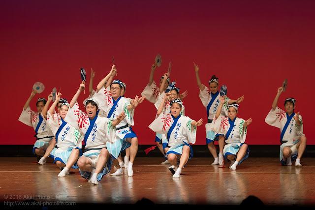 東京新のんき連、男踊りの踊り手がコサックダンスのような振り付けで踊っている時の写真