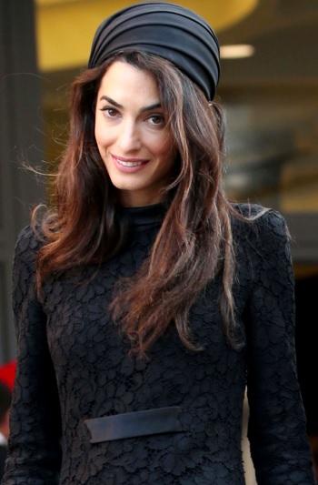 Foto de Amal Ramzi con pañoleta en la cabeza
