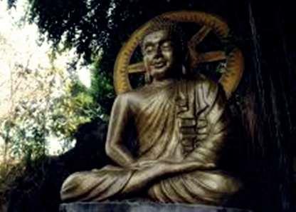 Gambar Patung Buddha Sidharta Gautama bersemedi dibawah pohon