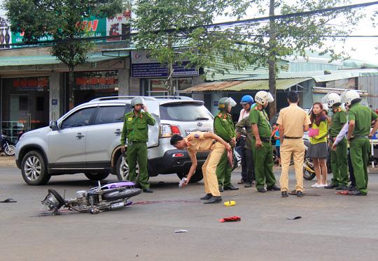 Gia Lai: Không đội mũ bảo hiểm tông đuôi ô tô, 2 người thương vong