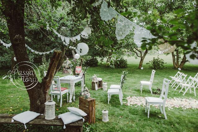 Poduszki i koronki jako motyw ozdobny ślubu w plenerze.