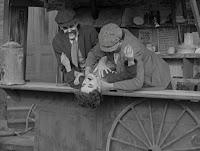 """Кадр из фильма Чарли Чаплина """"Собачья жизнь"""" / A Dog's Life (1918) - 26"""