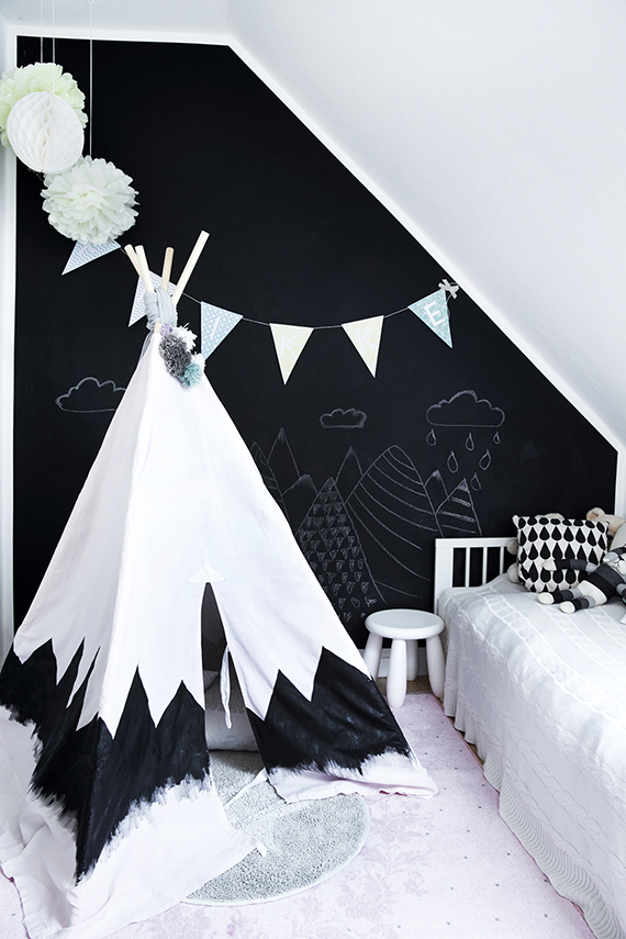 Kid's room with black chalkboard wall and teepee via Bolig Magasinet