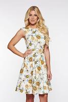 Rochie PrettyGirl crem eleganta in clos din bumbac cu imprimeu floral
