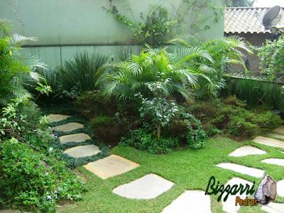 Escada de pedra para a casa de máquina da piscina. Escada com pedra cacão de Goiás com junta de grama preta, sendo escada com pedras assentadas com cimento, areia e terra.