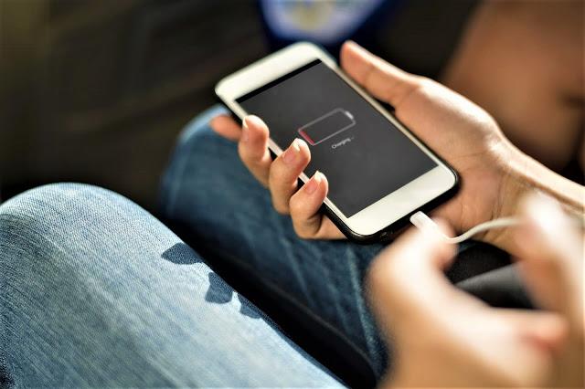 Menggunakan smartphone saat mengisi baterai