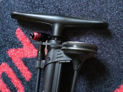 PWT ツインヘッドクレバーバルブ搭載 ゲージ付きフロアポンプ 仏式/米式/英式対応 空気入れ マットブラック FP03